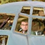 河野大臣、小牧基地の戦闘機型「箸置き」をドヤッと見せびらかす!ツイ民「欲しい~」