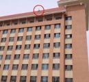 13階建てのビルから飛び降り自殺しようとする女子大生をシーツで受け止めようとする学生たち