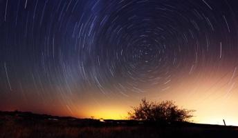 地球はすごい速さで自転と公転をしてるのだと感じながら空間を見ると