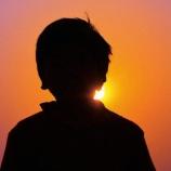『高橋君を笑ってみてる見知らぬ男の子2人』の画像