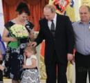 プーチン 「子供の日」式典で子供を撫でたら子供が号泣