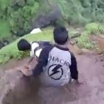 【動画】インド、絶壁に作られた登山道が相当にヤバい!小便チビリそうな怖さ…。 [海外]