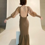 『この服凄いな・・・衝撃の背中丸見え、超ざっくりドレスのセクシーな姿が!!!!!!』の画像