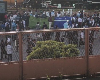 東京・新橋駅SL広場で女子高生7人が過呼吸で倒れ大騒ぎ 原因は疲労と教師の叱責か(現場画像あり)