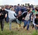 逃げる難民を蹴ったり転ばせたりした女性カメラマンが起訴される  ハンガリー