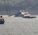 【画像】 中国転覆船をクレーンで180度回転、不明360人の生存絶望視