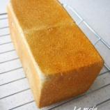 『黒ゴマ食パンとメロンパン』の画像