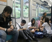 【画像】ギャルさん、電車の中で胡座を掻いてしまうwwwwwwwwwwwww