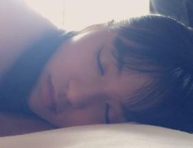 板野友美が小島瑠璃子のプライベート寝顔写真を公開wwwwww
