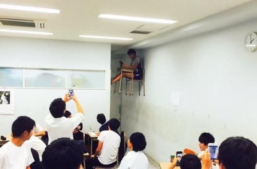【悲報】 教室で浮いてる陰キャ、クラスメイトたちからスマホで撮られ笑われるのサムネイル画像