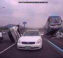 韓国の高速道路でバス運転手が居眠りし乗用車6台に乗り上げる大惨事 3ヶ月後に孫が生まれる夫婦が死亡