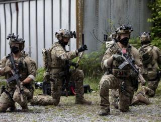 米陸軍特殊部隊グリーンベレーが接近戦(CQB)訓練を公開…感染防止対策で布製マスクを着用!