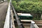 橋の溝に穴があいて京阪の線路に滝みたいにずっと落ちてる〜私市の百重ヶ原橋のところ〜