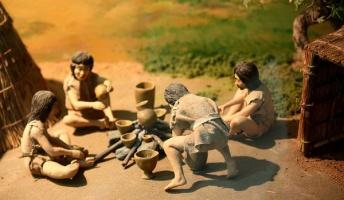 原始人「パンを火で焼いたら外は焦げて中は生のまま・・・じゃあ熱い灰の中で蒸し焼きにするか!」←この発想力