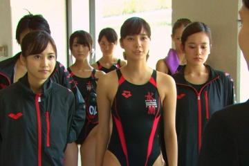 新川優愛の競泳水着で張り付いたエロおっぱい