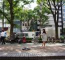 いつでもどこでもスマホやPCをタダで充電!「ソーラーパネル式充電器」のペットと都会を散歩