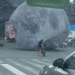 【動画】中国、台風で巨大な「月」が落下!道路をゴロゴロ転がり市民大迷惑! [海外]