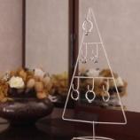 『セリアのクリスマスツリー! ワイヤーフック付きで楽しめる!!』の画像
