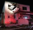 車がなぜか宙を舞って、ビルの2階に衝突…映画のような交通事故が発生/ロサンゼルス(画像)