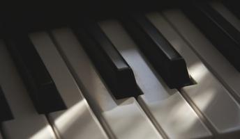 彡(●)(●) 「下の階のピアノの音うるさいなぁ…」