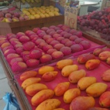 『果物屋で夏フルーツを買い物』の画像