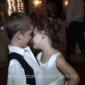【動画】結婚式で主役のカップルよりもロマンティックなキスをする幼い子供