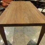 『〔一・三惚れ市〕カモシカの脚のようなスタイリッシュなウォールナット材のダイニングテーブル』の画像