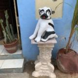 海外ママとガマンと犬の像。