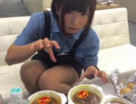 【画像あり】AV女優・紗倉まなさん、集英社でカレーを食べる