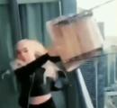 美人インスタグラマーが高層ビルから椅子をぶん投げて警察ブチギレ激怒 / 公開捜査→出頭