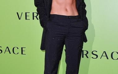 『【すんごい腹筋…!?】ロージー・ハンティントン=ホワイトリーがファッションショーに登場!Rosie Huntington-Whiteley at Versace's Milan Fashion Week show』の画像