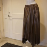 『KEITA MARUYAMA(ケイタマルヤマ)シャイニーブラウンプリーツスカート』の画像