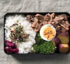 豚生姜焼きとさつまいもの醤油煮のお弁当〜食べざかり男子のお弁当