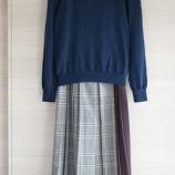 『秋感を出しやすいチェック柄プリーツスカートで50代コーデ』の画像