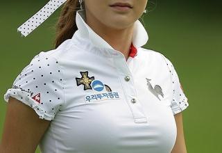 """【ゴルフ】韓国一 """"セクシーな美人ゴルファー"""" アン・シネ、日本メディアも注目"""