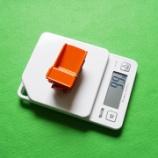 『タニタのデジタルスケールでミニカーの重さを量る』の画像