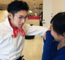 【画像】イケメン店員の壁ドンサービスに喜ぶ女子 福岡・阪急百貨店