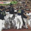 【GIF】阪神矢野監督、ヤクルト選手に飛び蹴りwwwwww