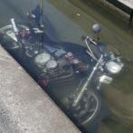 【悲報】路駐のバイク、凄惨な仕打ちを受けてしまう