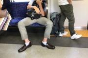 【マナー】電車で脚を広げて座る男性に批判殺到 男女のスペース差に「なぜ閉じて譲らないのか」「男性専用車両を」