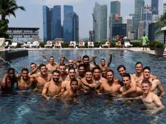 【 画像 】インテル長友さん、チーム全員でプールに行く!楽しそうwww