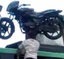 インド人男性がバイクを頭にのせてハシゴを上るビックリ映像