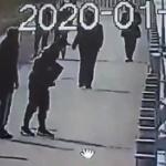【動画】中国、男が転落防止柵に蹴り!215本が次々にドミノ倒しで水の中にドボン! [海外]