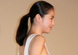 Gカップとも噂される長澤まさみの横乳が露わに!あと少しで乳首が見える