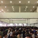 『【乃木坂46】平日朝からこの行列・・・全ツ オフィシャルグッズ先行販売の待機列がやばすぎる・・・』の画像