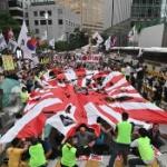 【動画】韓国、日本大使館近くで抗議集会、大勢で「旭日旗」をビリビリに破る! [海外]