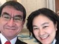 【悲報】河野太郎、中国の美人報道官にメロメロwwwww(画像あり)