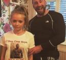 (画像) 俺の娘に近づくな! 豪男性、筋肉ムキムキの自分をプリントしたTシャツを娘に着せる