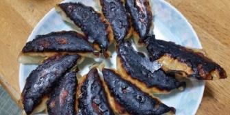 【何言ってんの?】カッチカチ焦げ焦げ餃子が食卓に…俺「水入れた?」→嫁「焼き餃子だから入れない」と…そもそも焼き方知らんようだ。