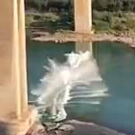 【動画】中国、高架高速道路のガードレールが突然落下!ドミノ倒しのように次々に落下 [海外]